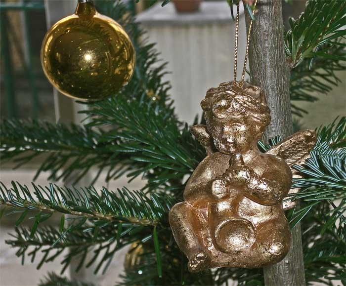 Bild einer goldenen Christbaumkugel und eines Engels am Weihnachtsbaum © Peter Adler 2007